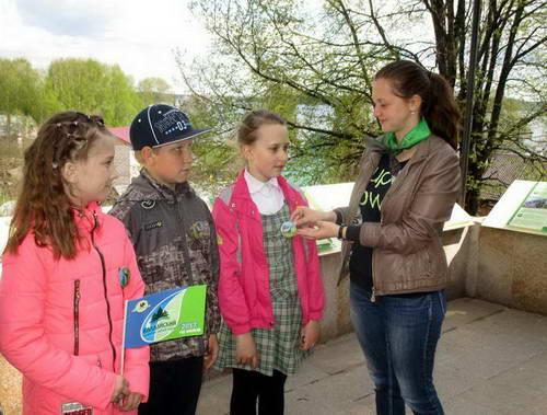 Отдых молодых студенток и их преподавателей на природе